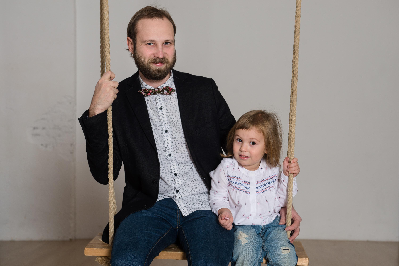 Папа с дочей на качелях