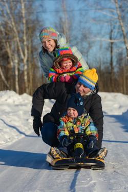 Зимняя семейная прогулка