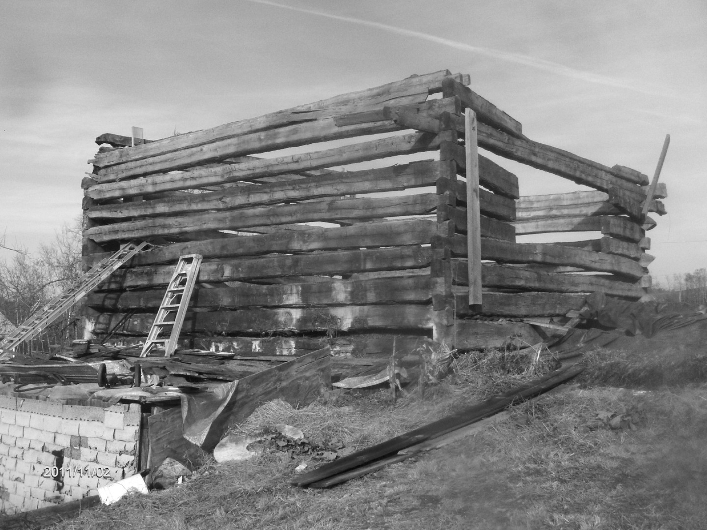 Log Barn_B&W.jpg