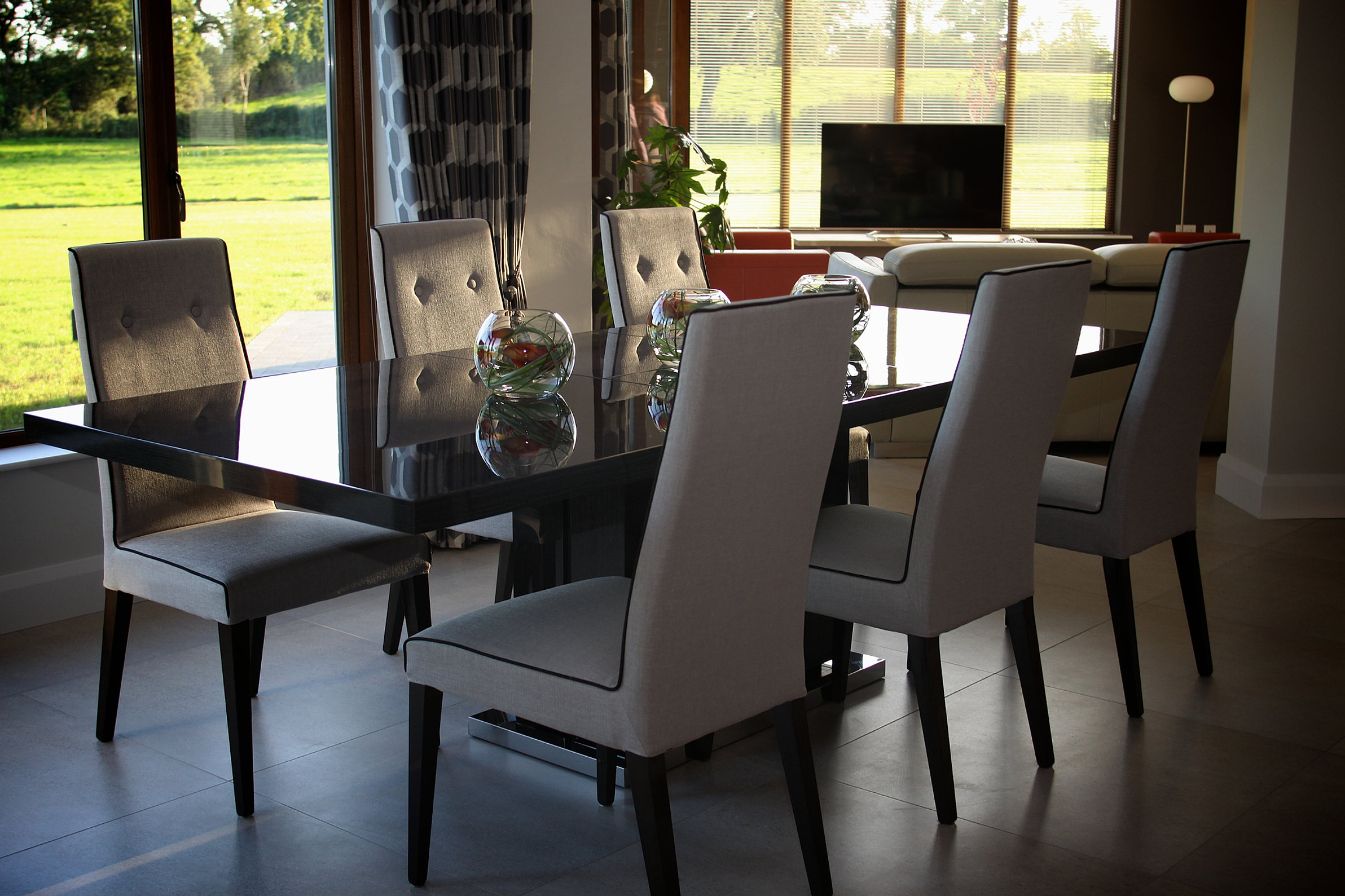 Rooms to go dining tables round table in formal dining for Dining room tables belfast