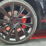 Remklauwen spuiten rood Tesla