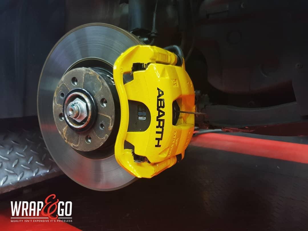 Fiat 500 Abarth remklauwen spuiten