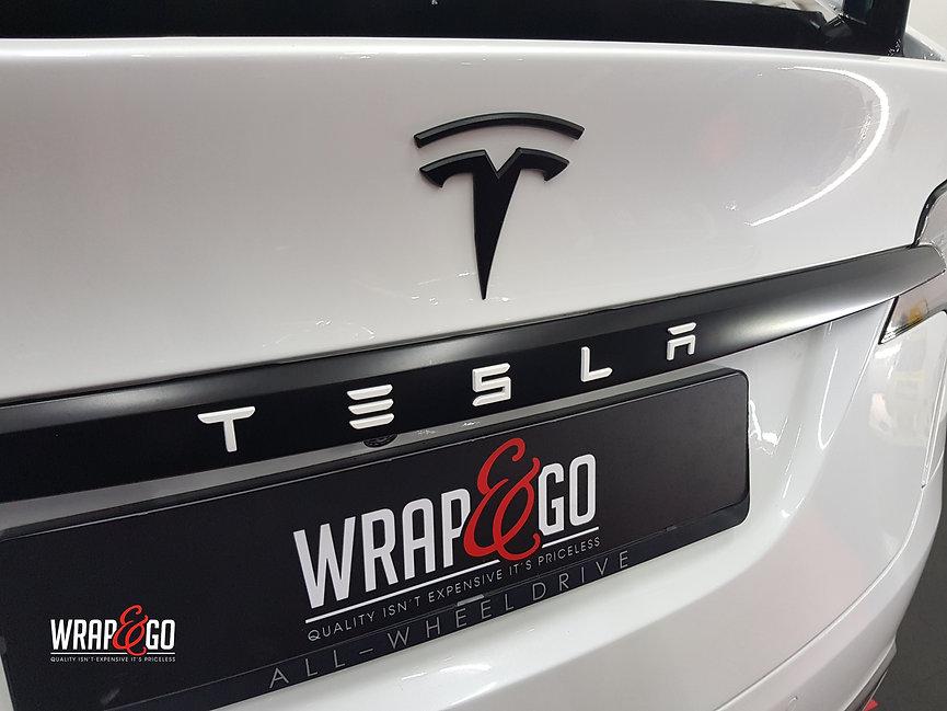 Tesla Model X Wit Chrome Satin Black Logo's