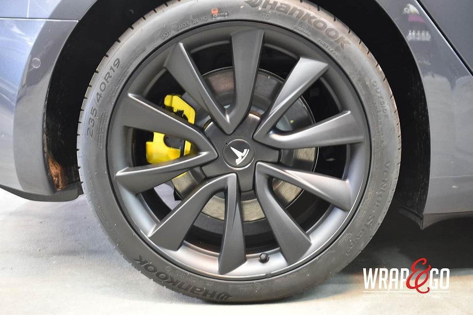 Tesla-model3-remklauwen-spuiten-geel