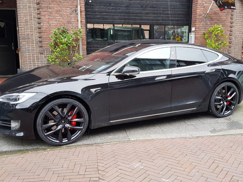 Tesla Model S Velgen en Remklauwen Gespoten