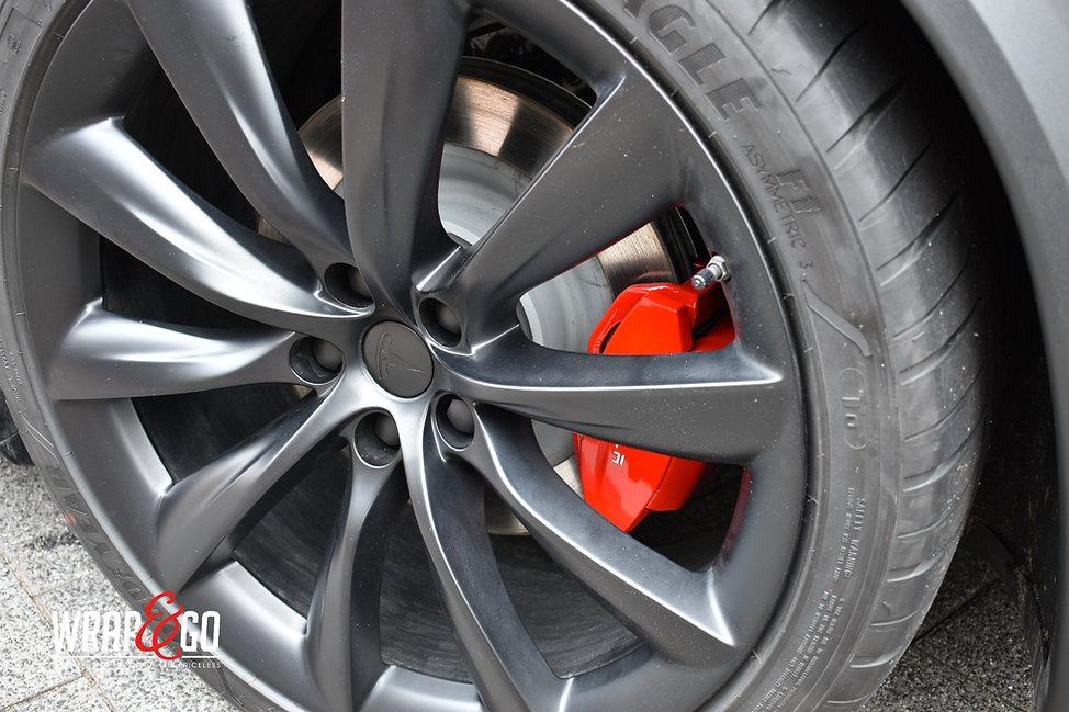 Tesla Model X Remklauwe rood spuiten en velgen satin black