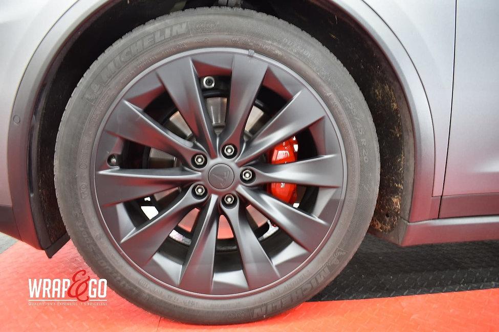 Tesla-modelx-remklauwen spuiten-autowrap