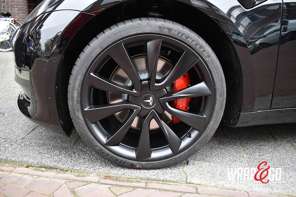 Tesla-Model3-velgen-remklauwen-spuiten