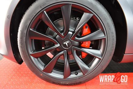 Tesla Model 3 Velgen en remklauwen spuiten