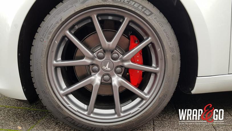 Tesla Model 3 remklauwen rood gespoten
