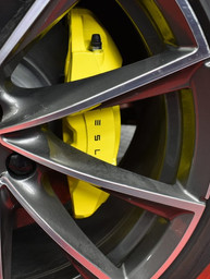 Tesla Model 3 Remklauwen spuiten geel