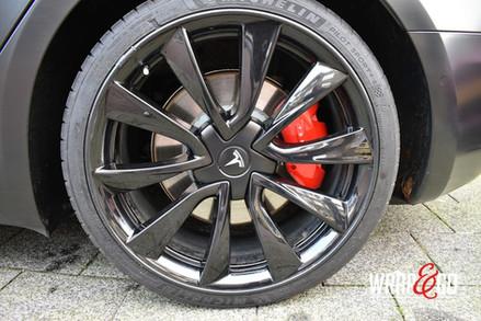 Tesla Model 3 Remklauwen en velgen spuit