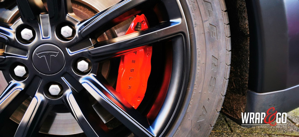 Tesla Model S Remklauwen en velgen spuit