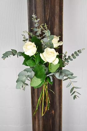 Weisse Rosen mit Grün