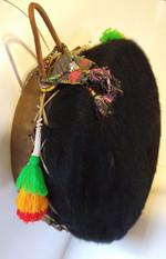 Tambor doble parche estilo lakota en cuero vacuno con y sin pelo.