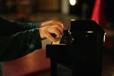 Emo-Sons-060 mains piano.jpg