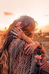 femme pense coucher de soleil nuances fe