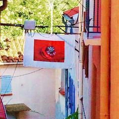 Love-Fruit Fahne im französischen Dorf Céret