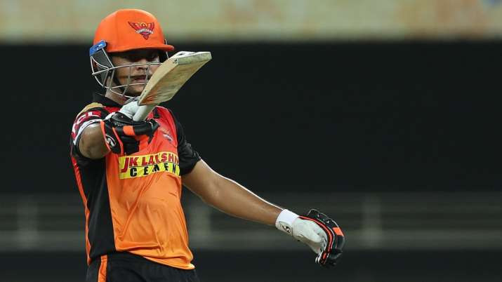 David Warner won the toss and elected to bat first. Warner started the innings along with English batsman Jonny Bairstow, while the former scored an average 28 runs off 29 balls, the latter got out without making a run tonight. Manish Pandey played a classy knock of 29 runs off 21 balls. The all-time favorite Kane Williamson failed to impress with the bat tonight as he got out after making just 9 runs. Youngster Priyam Garg shined for the SRH as he played a brilliant knock of 51 runs off 26 balls tonight. Abhishek Sharma also made good runs for the SRH as he contributed 31 runs off 24 balls. By the end of 20 overs, SRH were able to give an average target of 165 runs for the CSK to chase. Deepak Chahar remained the bowling pick of the CSK as he took 2 wickets in his spell of 4 overs. Sam Curran remained unsuccessful tonight as he conceived most runs for the CSK in his spell of 3 overs.