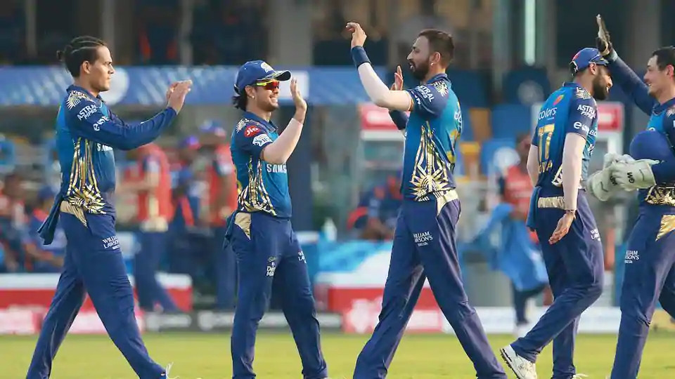 In the 17th match of the Indian Premier League (IPL) 2020, Mumbai Indians (MI) beat Sunrisers Hyderabad (SRH) by 34 runs at Sharjah Cricket Stadium in UAE. Aided by Quinton de Kock's brilliant innings and last-over push by Krunal Pandya, MI set a high target of 209 runs for the SRH to chase. Skipper David Warner's brilliant knock of 60 runs off 44 balls couldn't help SRH chase down the target given by the MI today.