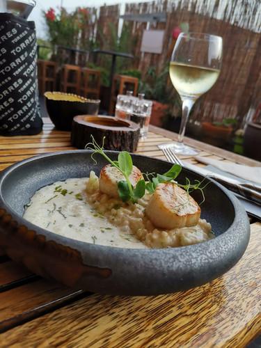 frischer-fisch-mit-reis-restaurant-color