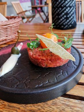 rinderhack-mit-zwiebel-restaurant-colora