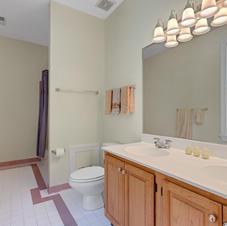 En suite bath of 5