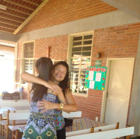 FotoKarolzinhaAbracandoIsabel.jpeg