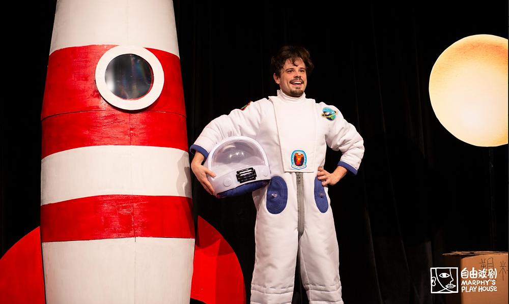 Christian van Eijkelenburg als 'Het Astronautje', naar het boek van André Kuipers, tijdens de voorstelling in Chengdu. Credit: Marphy's Play House