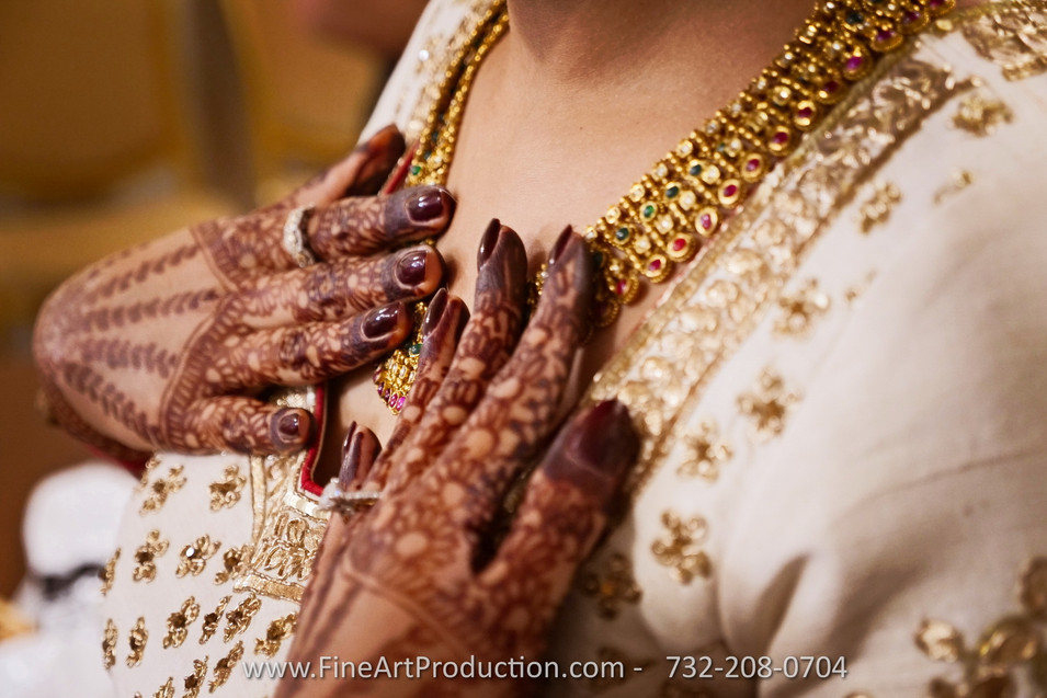 indian-bride-getting-ready-pictures_99.J