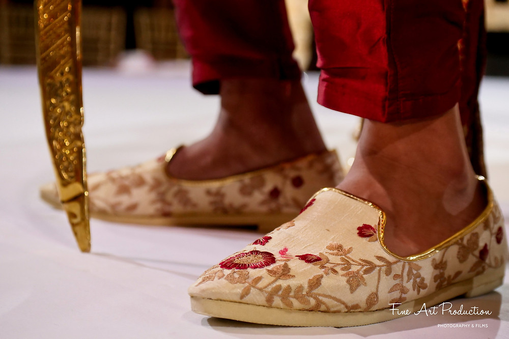 indian-wedding-groom-wearing-designer-shoes-holding-traditional-sword-hilton-orlando