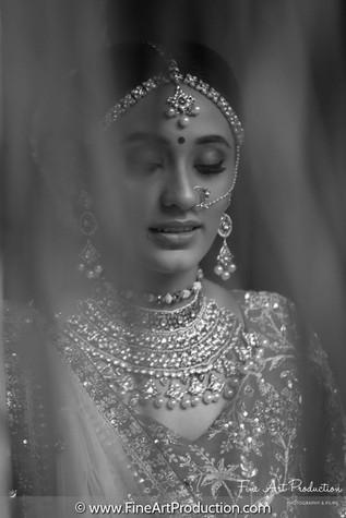 creative-black-and-white-bride-pose