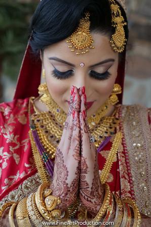 hindu-bride-namaste-pose