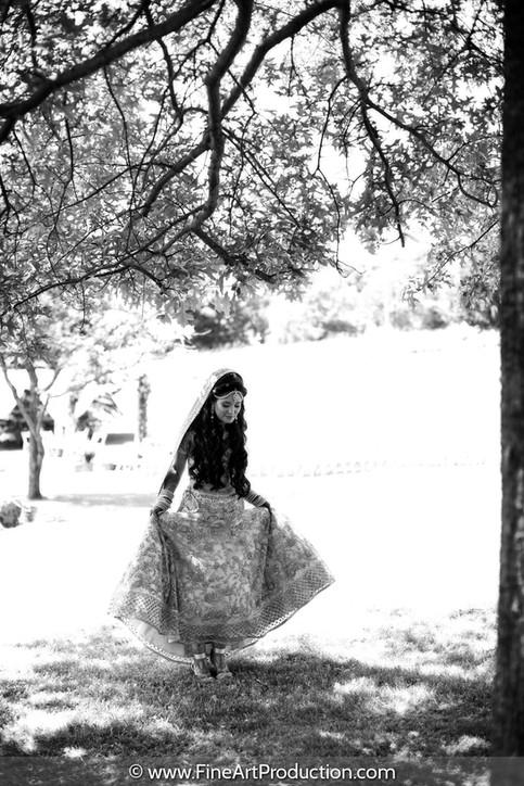 bride-walking-in-grass-outdoor-wedding