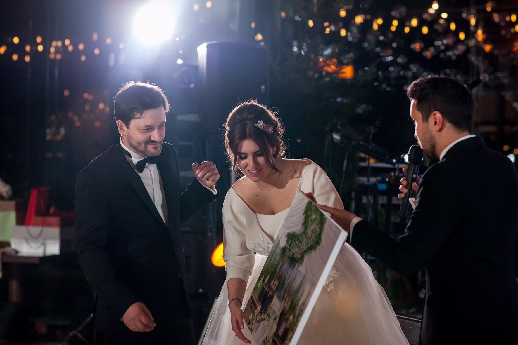 Вручение свадебной картины
