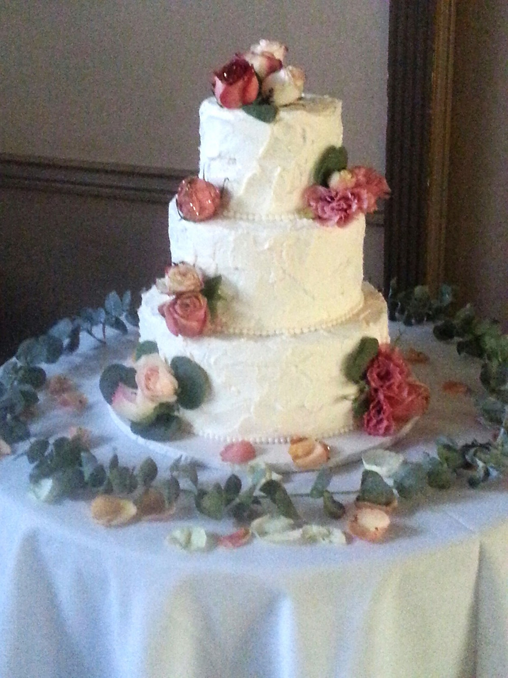 Dolce vIta Events wedding cake and cake table flower design