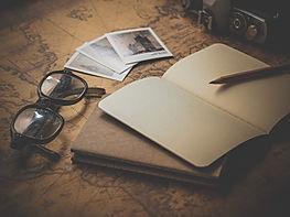 Cahier, crayon et lunettes évoquant une étude en cours