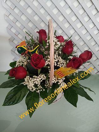 Centro de 10 rosas en cesta