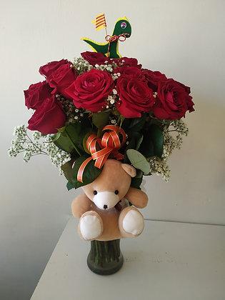 Ramo de 10 rosas rojas, con peluche y cristal.