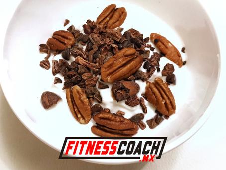 Yogurt griego con nibs de cacao y nueces
