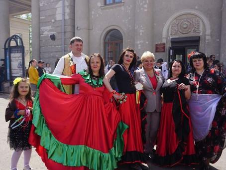 """""""Весь мир театр"""" приняли участие в карнавальном шествии. Мы цыгани. Сценка цыганская свадьба))))))"""