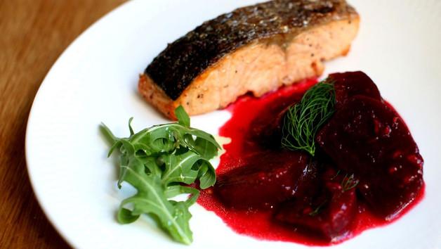 Grilovaný losos a konfitovaná řepa s malinami