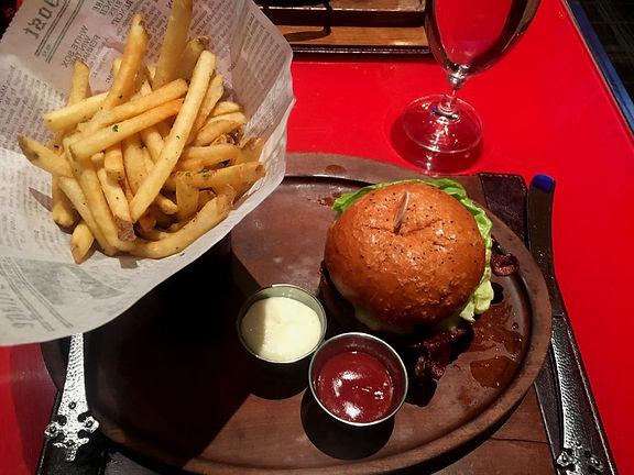 California dove mangiare Gordon Ramsey Pub & Grill Cheeseburger