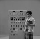 Júlia Manzano como trabalhadora na fábrica