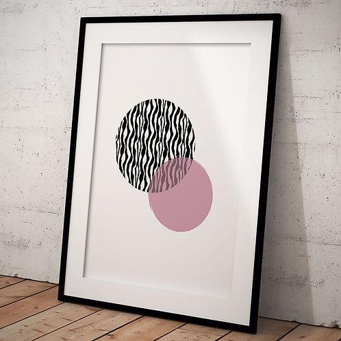 Plakat i 50 x 70 cm med dyreprint og pink cirkel i sort ramme