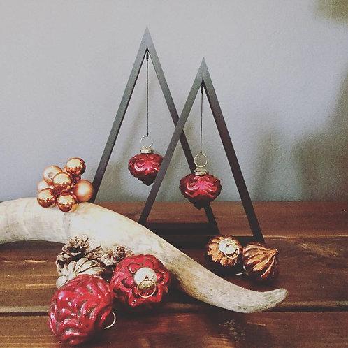Triangle juletræer - Sort fyrretræ med rød kugle
