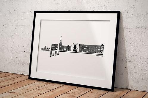 Billede med byplakat 50 x 70 cm af Svendborg med hvid baggrund i sort ramme