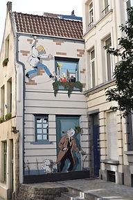 Les fresques à Bruxelles. Les B.D. reflètent les stéréotypes de notre société. Comme souvent une femme en détresse, Nadine,est sauvée par le héros, Ric Hochet.©Dims
