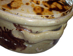 Détail de l'anse de la casserole