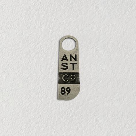 Puxador de metal para roupas